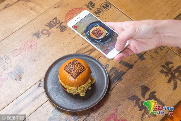 """伦敦一餐厅推出""""二维码汉堡"""" 顾客可直接扫码付款"""