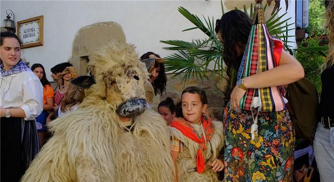 西班牙民众欢庆传统狂欢节