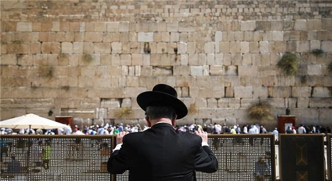 犹太民众聚集哭墙下祈祷