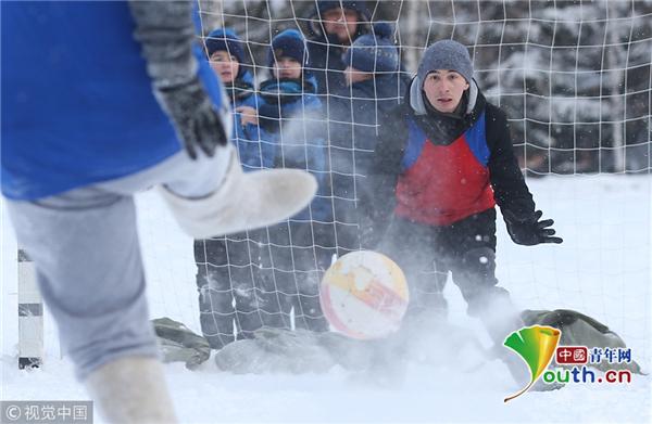 俄罗斯男子雪地踢球好快活 穿传统大毡靴趣味十足
