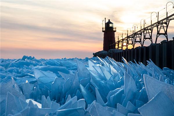美国密歇根湖的罕见一幕