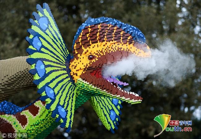 """乐高恐龙集体亮相 英国动物园变身""""侏罗纪公园"""""""