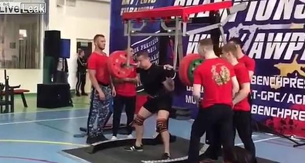 俄罗斯一运动员深蹲250公斤 发生意外致腿骨断裂