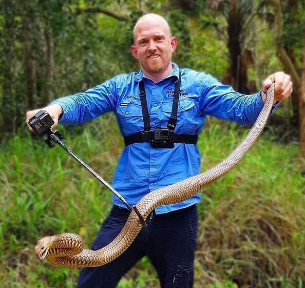 澳洲捕蛇者居民家中活捉大蟒蛇 长近2米