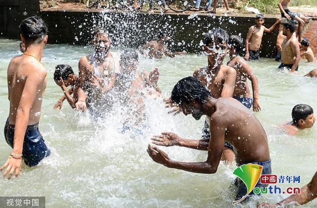 印度高温持续 民众下河泡澡解暑