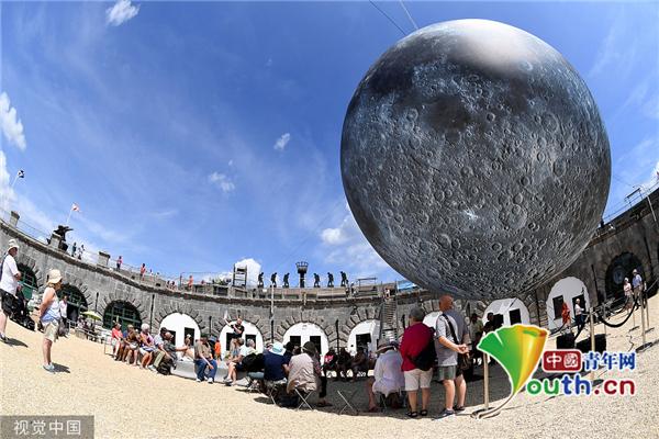 """英国举行""""月球博物馆""""展 在地球就能把月球看个够"""