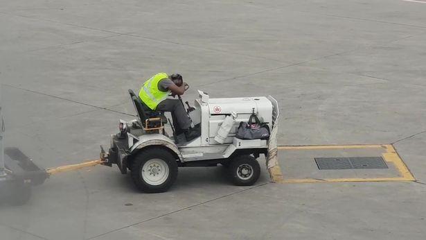 加拿大多伦多机场一男子工作时睡着 被乘客拍下 日企出现员工荒