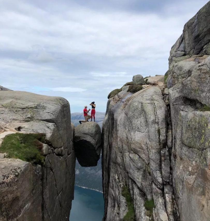 惊险又浪漫 英国男子在距谷底1000米的奇迹石上求婚 股票铜峰电子