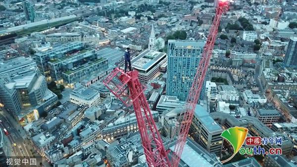 """男子在英国徒手爬""""欧洲最高""""吊车 惊险又刺激 600991"""