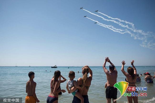 西班牙举办国际航展 特技伞兵高空炫技 bet365体育在线