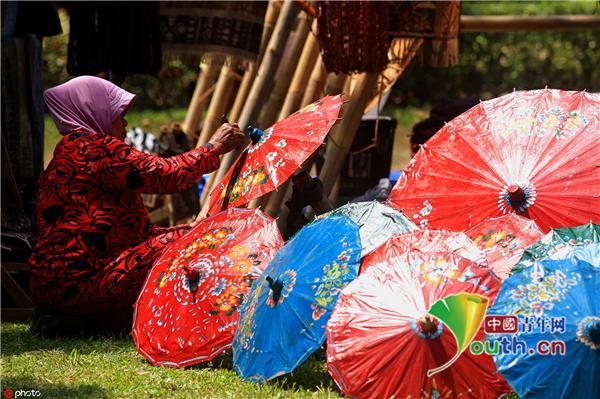 印尼举行雨伞节 数千件雨伞作品让人眼花缭乱