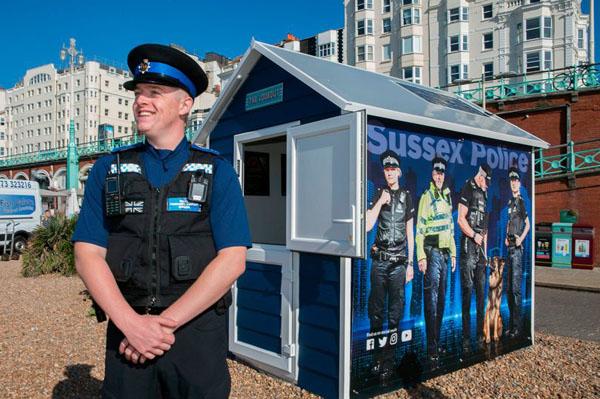 """英国最小警察局""""海滩小屋""""现身布莱顿海滩"""