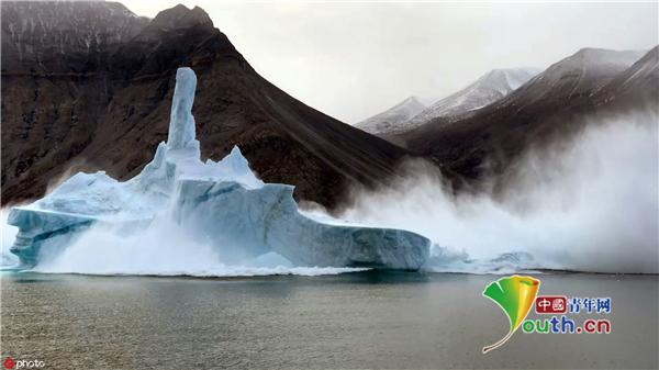 摄影师定格陵兰冰川坠毁瞬间 场面震撼画面唯美