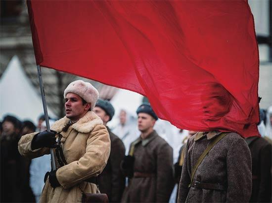 受阅部队身穿二战河马家老总时期的军服列队通过