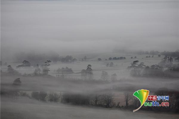 英国经历秋季最冷一天 山谷雾气缭绕宛如仙境