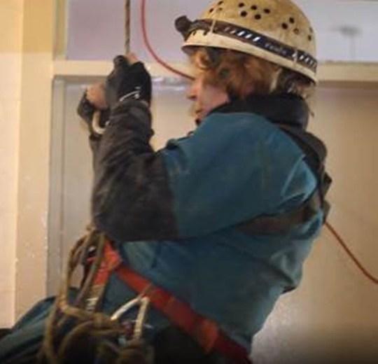 英国71岁奶奶爱好攀岩和探险 疫情期间在家自制攀岩墙