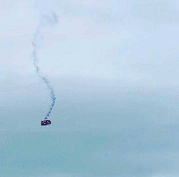 英国一名伞兵在5000英尺高空跳伞中失控,落地时只受轻伤